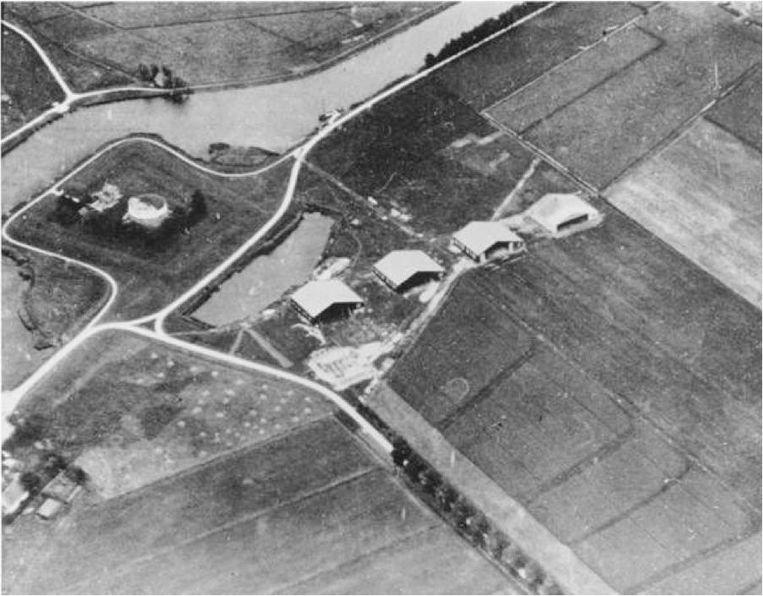 Op een weiland bij fort Schiphol werden vier houten vliegtuigloodsen gebouwd Beeld Schiphol