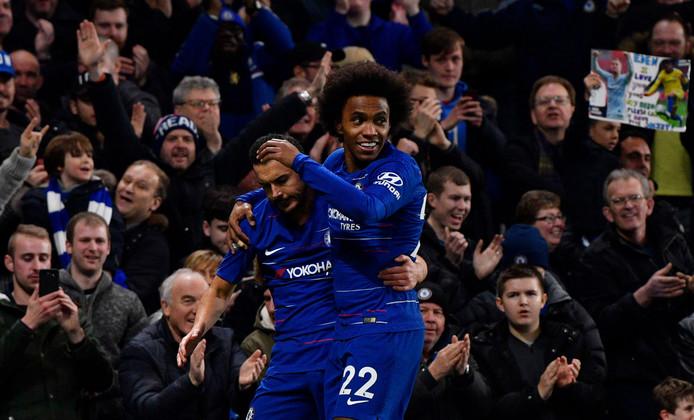 Pedro (l) en Willian (r) hielpen Chelsea aan een zwaarbevochten 2-1 overwinning.