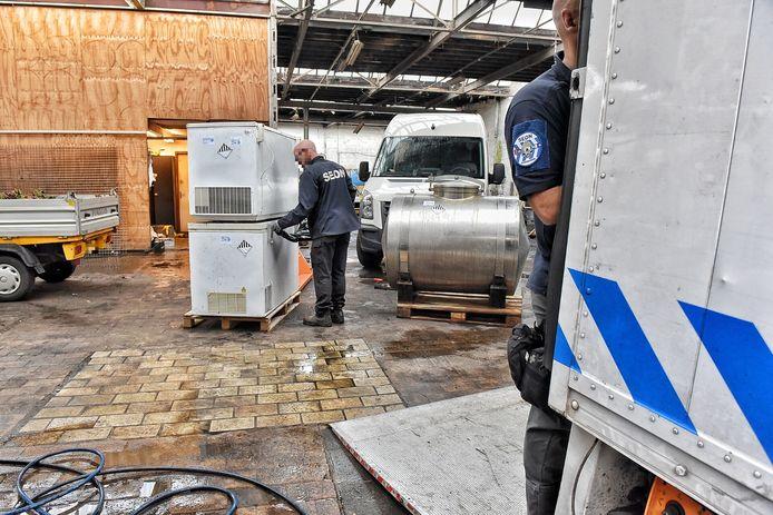 De in beslag genomen ketel en de twee vrieskisten aan de Lange Nieuwstraat in Tilburg.