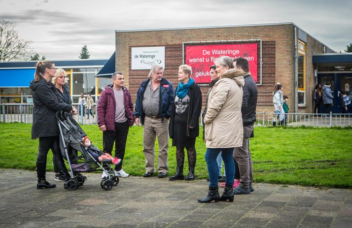 Ouders maken zich boos dat kinderen niet mogen aanschuiven bij het kerstdiner op school. Rechts (met beige jas): Agnes Oosterboer .