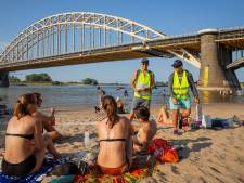 'Afvalproppers' Joost en Zenon zorgen op 'beruchte' Waalstrandjes voor minder zooi en meer gezelligheid