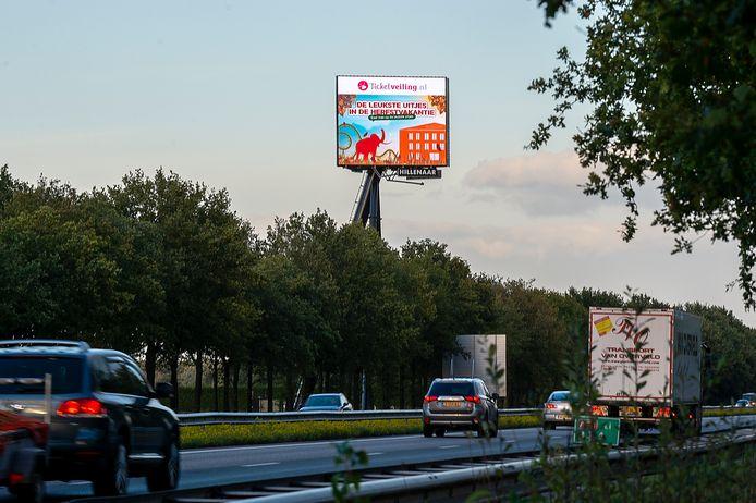 De reclamemast bij Breda International Airport voelt voor Eugène Rokx als 'een grote tv' in zijn slaapkamer