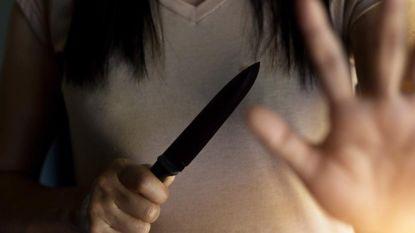 """Vrouw steekt alcoholverslaafde partner neer en riskeert nu vijf jaar cel: """"Er knakte iets in me. Ik moest hem elke dag van de grond rapen en wassen"""""""