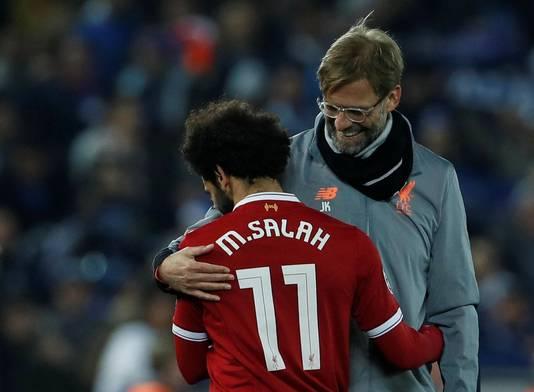 Mohamed Salah knuffelt Jürgen Klopp.