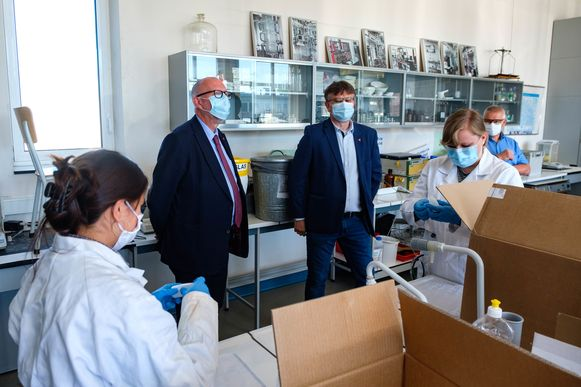 Studenten van 6TC (Technische Chemie) van PTS Boom produceren desinfecterende handgel in de klas. Ook Antwerps gedeputeerde Luk Lemmens kwam kijken.