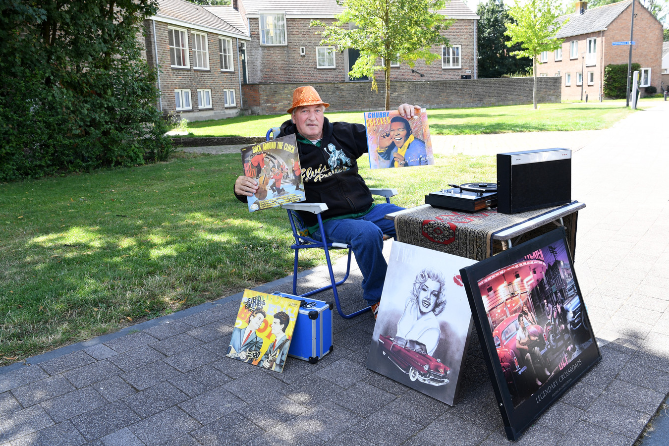 Dirk de Rijken draait regelmatig plaatjes op het Vrijheidsplein in Dussen. Eerder deze week is hij door een boa weggestuurd, want er waren klachten binnengekomen op het gemeentehuis. Zowat heel Dussen vindt dat belachelijk.