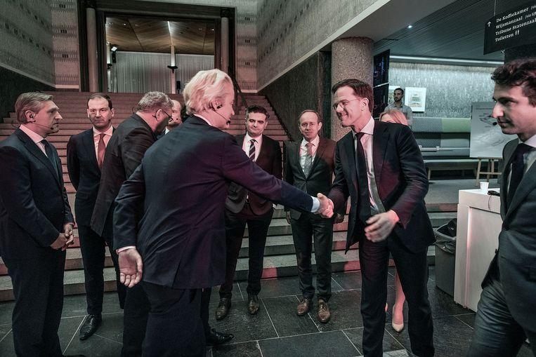Premier Rutte en PVV-leider Wilders begroeten elkaar voorafgaand aan het debat, 19 maart 2019. Beeld Guus Dubbelman / de Volkskrant