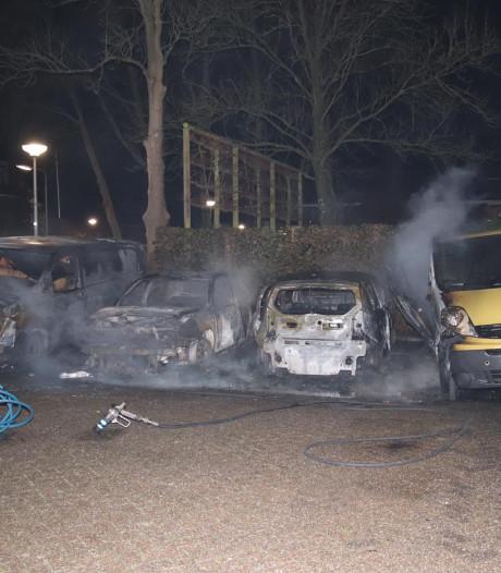 Ravage op parkeerplaats Wouw: vier auto's door brand verwoest