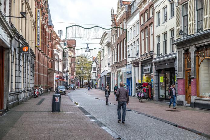 De Diezerstraat in Zwolle, winkelpuien op de begane grond ontsieren de historische uitstraling van de panden.