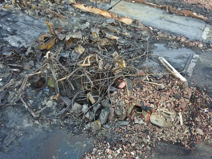 Verwrongen staal en ijzer na een grote brand in Valkenswaard.