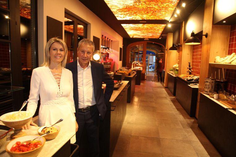 Rudy Maes en Valerie Buyse met achter hen de eetstraat met elf eettafels.