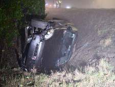 Automobiliste belandt in de sloot en raakt licht gewond