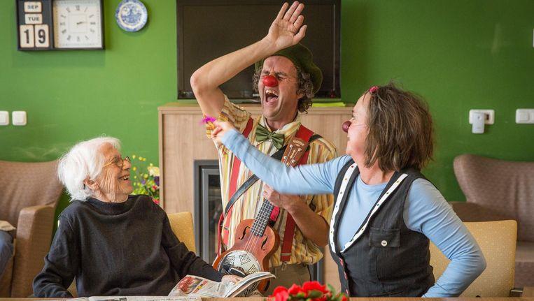 CareClowns Bidoe (midden) en Pula in verpleeghuis Het Zonnehuis in Amstelveen. Beeld Dingena Mol