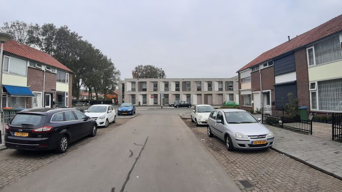 De rust is weergekeerd na het schietincident in de Bruno Renardstraat in Breda-Noord, waarbij drie keer is geschoten op een woning, rechts in de straat.