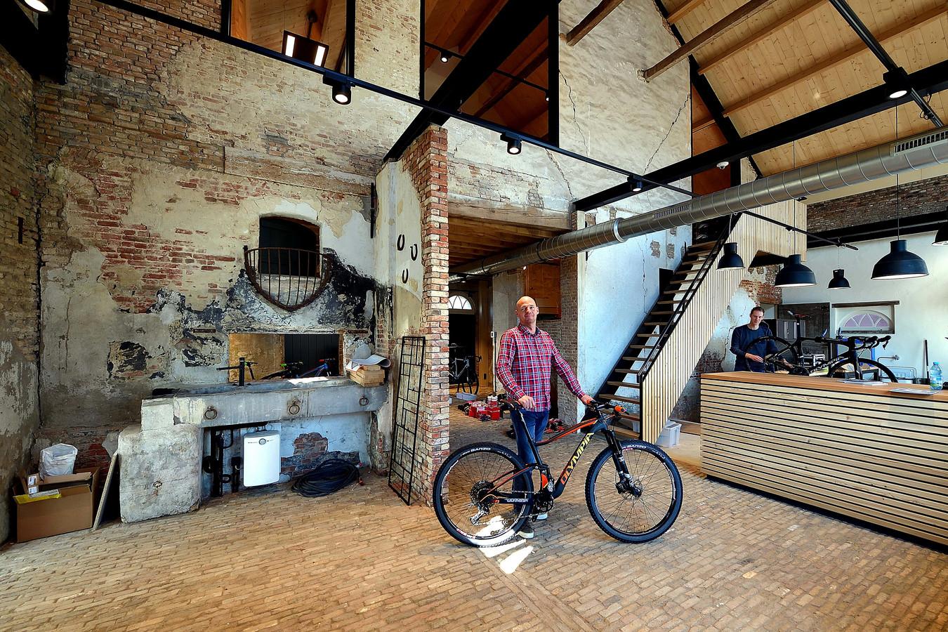 Fietsmanagers Sander Habes(l) en Ralph Luijsterburg(r) in de fietswinkel in het opgeknapte oude koetshuis.