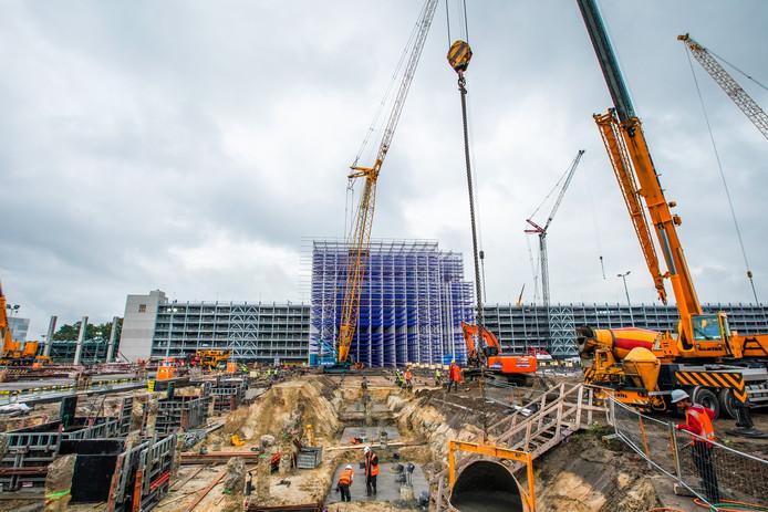 Het balkenstelsel voor het nieuwe magazijn van ASML in Veldhoven te midden van de enorme bouwplaats voor het logistieke complex.
