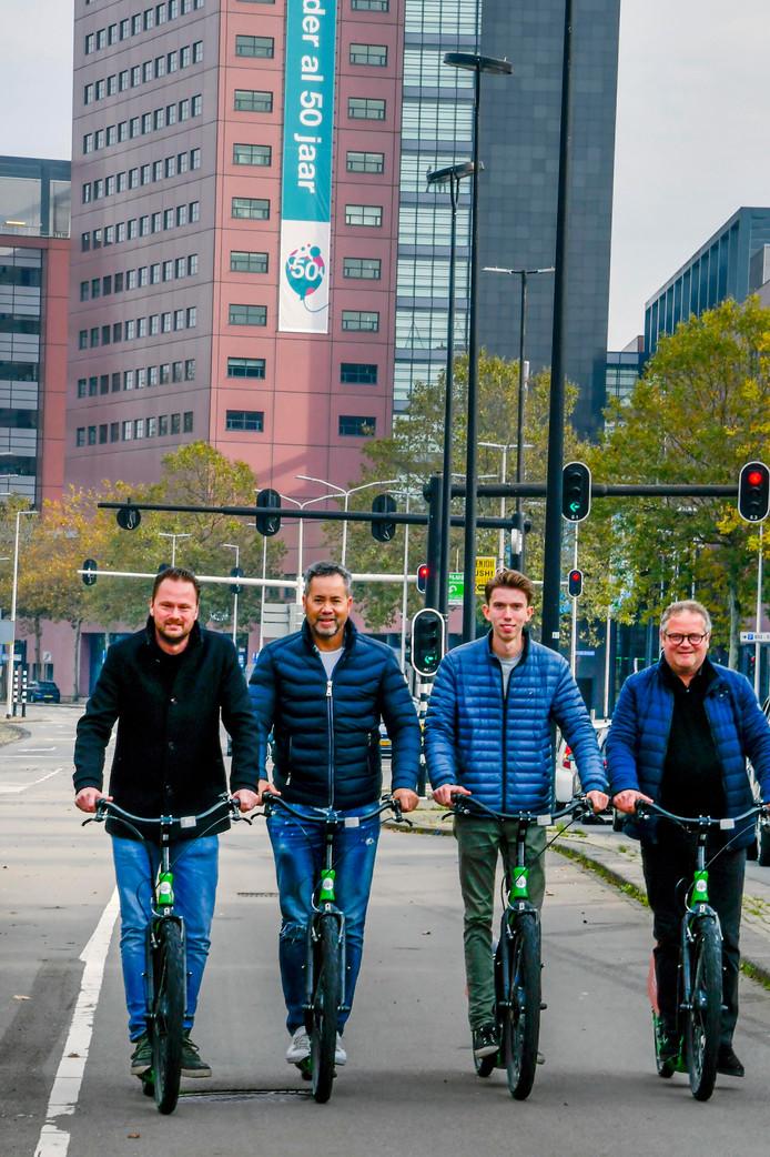 De e-step in actie: als test staan er de komende maanden 20 bij rooftopbar Doloris. Van links naar rechts: horecaondernemer en initiatiefnemer Jaap van Ham, Ben Smit (citymarketing), Teun Verschuren (Citysteps) en Marc Meeuwis (citymarketing).