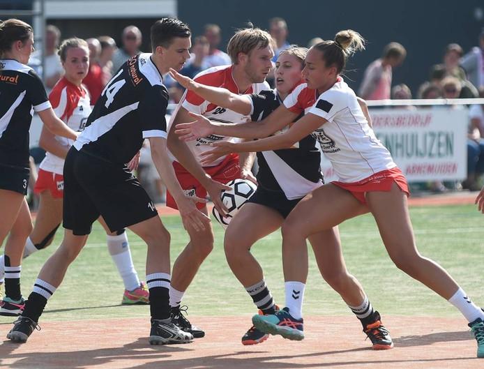 Aanvoerster Jeanine Marijs (rechts) gaat vol voor de doorbraak, maar was daarmee weinig succesvol tegen KCC. Ploeggenoot Kristian Huisman (midden) kan de bal niet aan haar kwijt. foto ruben oreel