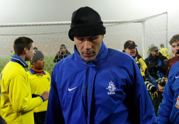 Bondscoach Marco van Basten druipt af na de 2-1 nederlaag.
