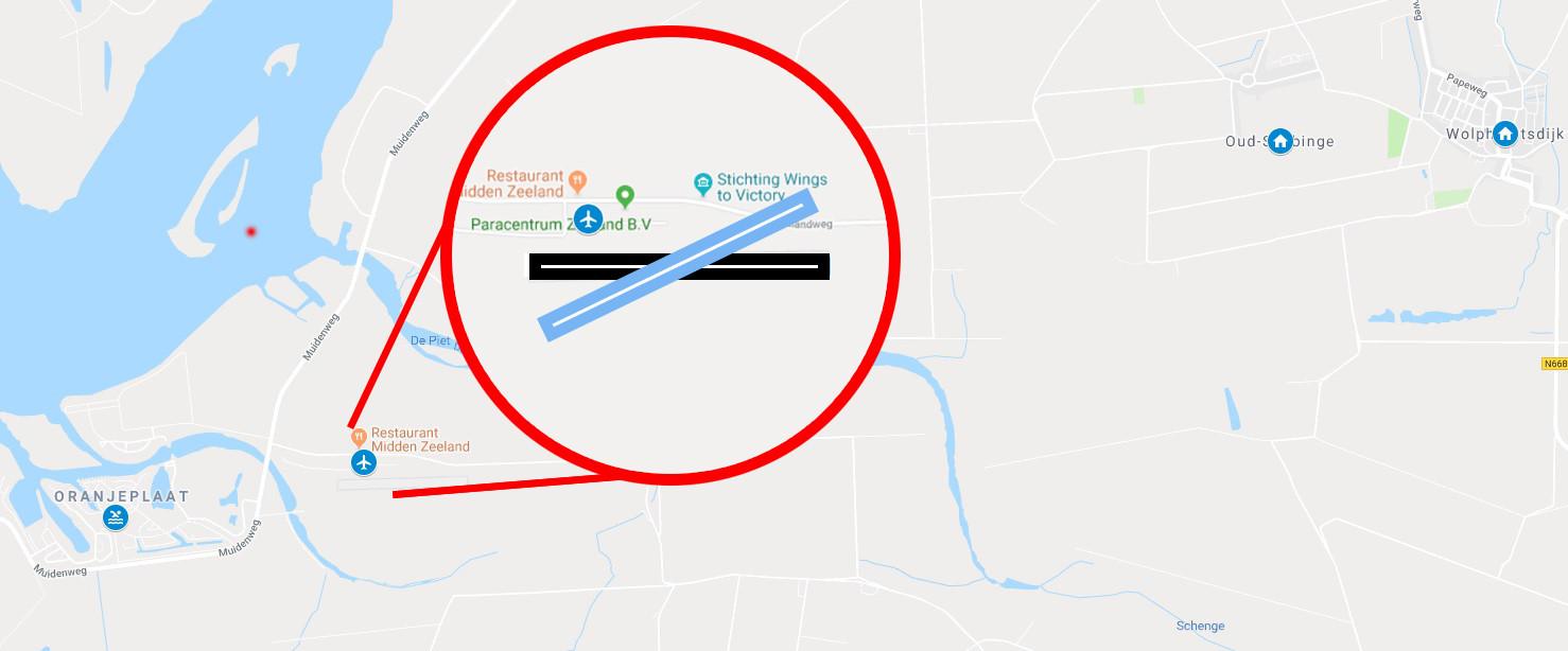 Impressie, het vliegveld uitgelicht op de kaart. De blauwe landingsbaan toont de situatie na het draaien. De zwarte landingsbaan is de actuele situatie. Links van het vliegveld het vakantiepark, rechtsboven Oud-Sabbinge en Wolphaartsdijk.