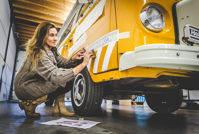 Ankie Winkelman legt de laatste hand aan haar kunstbus.