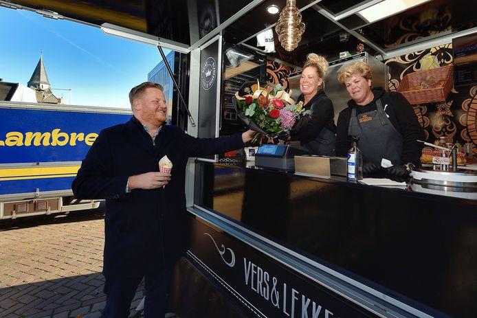 Een bloemetje voor de Meiden, een zakje frites voor de wethouder. Gisteren stond Snackjuwelier De Meiden voor het eerst in Stampersgat.