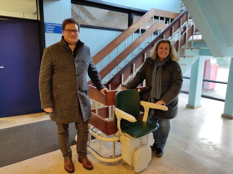 Schepen van Sport Bart Lambrecht (N-VA) en burgemeester Sophie De Wit (N-VA) bij de traplift in het zwembad.