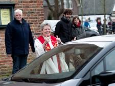 Terwolde rijdt in file rond de kerk voor afscheid van dominee Betsy