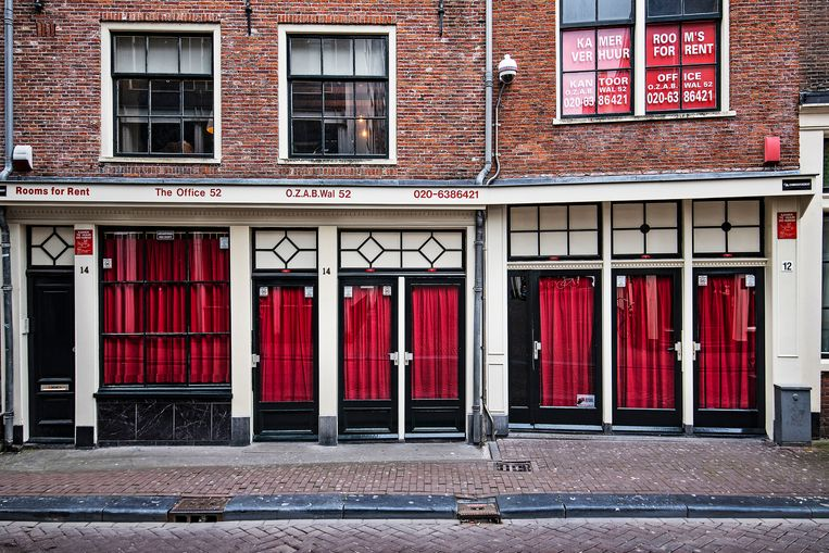 De gordijnen blijven gesloten op de Wallen.   Beeld Guus Dubbelman / de Volkskrant