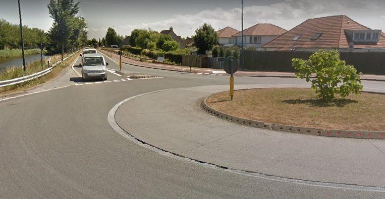 De auto scheurde over de verkeerde kant van de rotonde en kwam voorbij de rotonde rechts in de sloot terecht.
