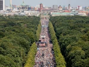 """Sans masque ni distance physique, des milliers de manifestants """"anticoronavirus"""" défilent à Berlin"""