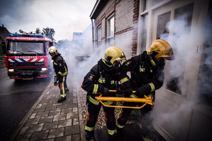 Woubrugse brandweerlieden in actie. De Alphense fotograaf Josh Walet portretteerde hen in actie voor de brandweerkalender die hij samen met het korps maakte.