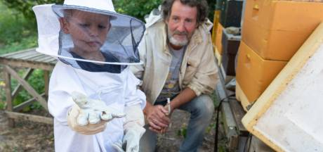 Goed beschermd bijen 'aaien' bij Treeker Bij in Leusden