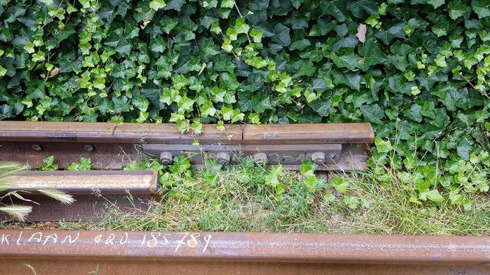 Enkele van de vervangen spoorrails. Mogelijk zijn ze sneller versleten door de hoge snelheid van Traxx-locomotief.
