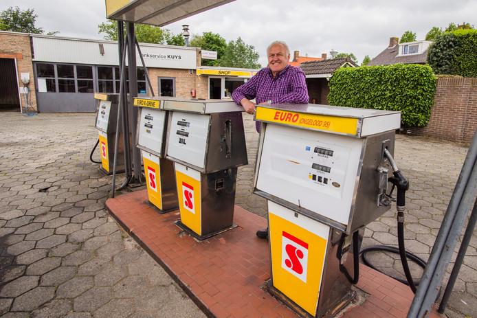 Arie Kuijs bij zijn inmiddels gesloten tankstation aan de Pastoriestraat in Vlijmen.