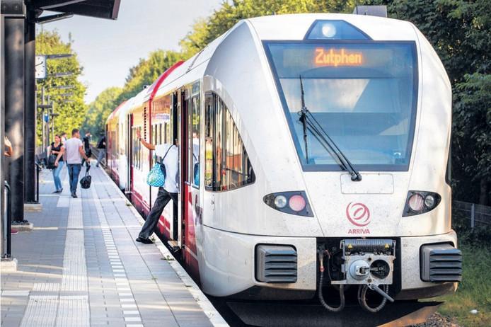 Mensen stappen in de trein op station Apeldoorn-De Maten. Op het station is, ondanks toezeggingen, geen wc.
