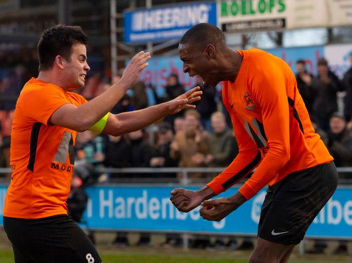 Serge Fatima (r) van HHC viert zijn goal met Glenn Kobussen.