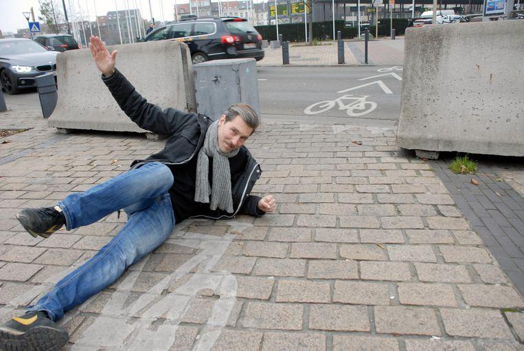 David Helbich aan het Zuidstation. Hier plaatsten ze blokken langs het fietspad, eerder was dat nog een gevaarlijk hek (zie onder).