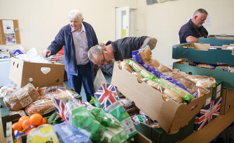 Een medewerkers van de voedselbank in Cornwall, England.   Beeld Getty Images