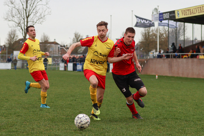 Rick Poleij van Yerseke (rechts) haalt de achterlijn in het duel met Arnemuiden.