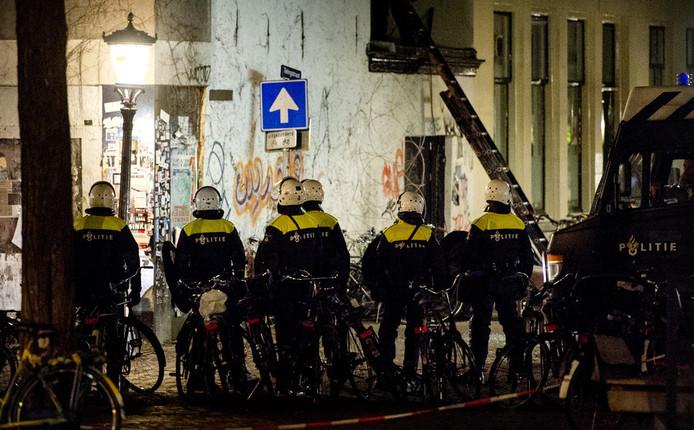 De ME valt de Ubica-panden in Utrecht binnen.