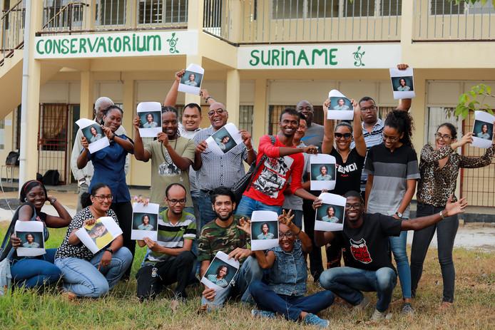 Jongeren op het conservatorium in Paramaribo die trots op Jeangu zijn.
