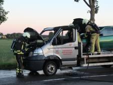 Brand in auto met auto in Holten