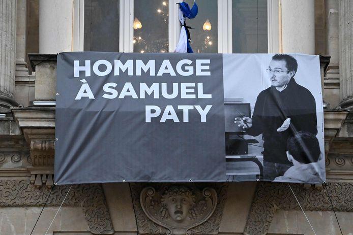 Een foto van de vermoorde leraar aan het operagebouw van Parijs
