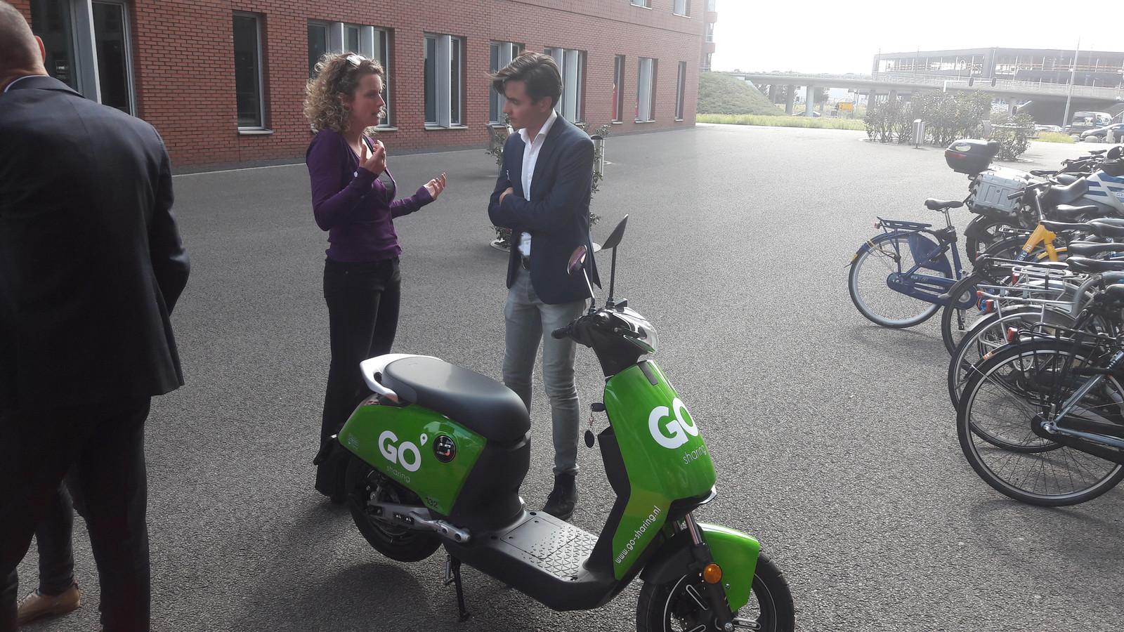 Willem de Vrij (rechts) van Go Sharing met een van de 200 elektrische deelscooters die de komende weken in Eindhoven worden uitgezet.