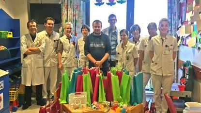 Stichting De Kleine Strijders bezorgt jonge patiëntjes AZ Klina een speelgoedpakket