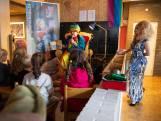 Dragqueens lezen kinderen voor in bieb Enschede