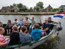 G-Parade in Gramsbergen: gehandicapten genieten van boottocht over het kanaal