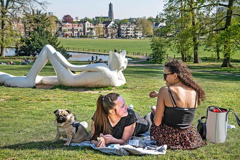 Twee vriendinnen genieten van het mooie lenteweer in het Sonsbeekpark.  Beeld Guus Dubbelman / de Volkskrant