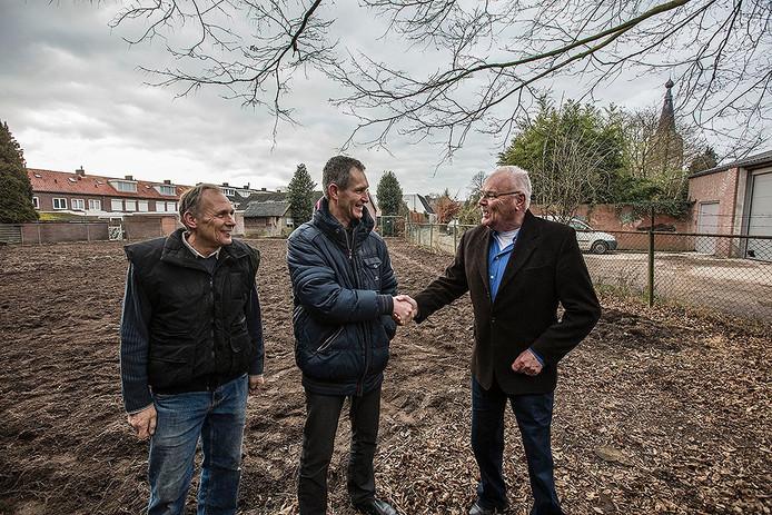 Heren Geert Hut, Ad Simkens en Hr. van der Plas in volkstuin Leende